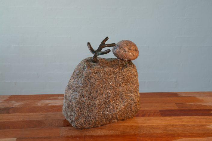 Bronze på sten med sten - Højde ca: 22 cm